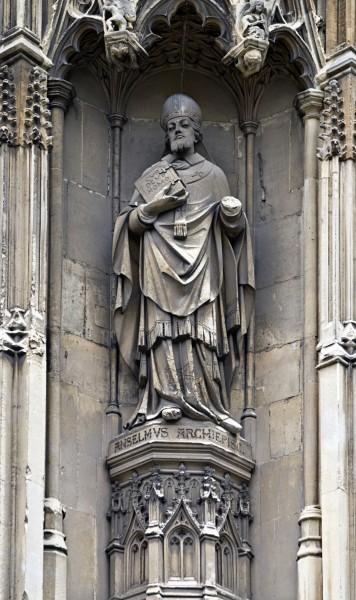 Статуя Ансельма свнешней стороны Кентерберийского собора