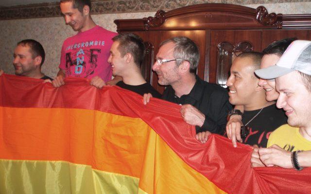 После шествия - с 20-метровым радужным флагом. В центре Сергей Андросенко (лидер Белорусского прайда) и Фолькер Бек (немецкий депутат, принимавший участие в драматичном Московском гей-прайде 2007 года).