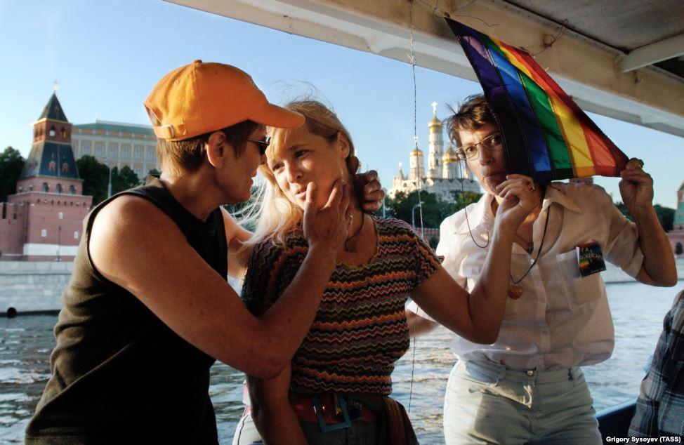 Лесбиянки во время прогулки на катере по Москве-реке, 2005.