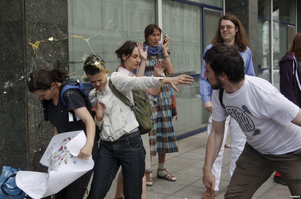 """Во время акции у здания Думы """"Протест поцелуем"""" в 2013 году ЛГБТ-активистов забросали яйцами"""