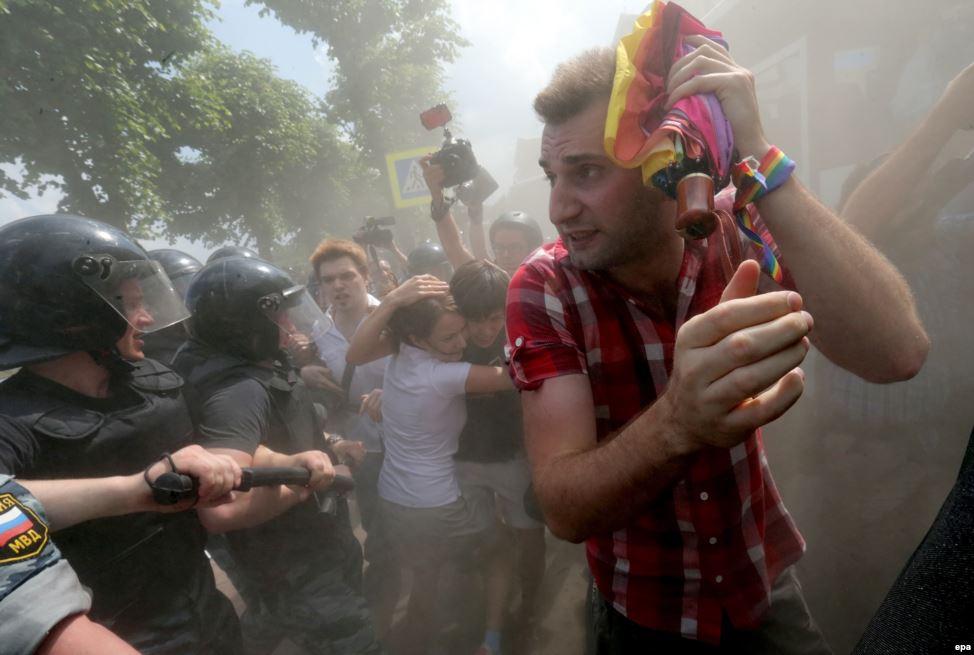 В июне 2013 года на Марсовом поле в Петербурге состоялся санкционированный властями гей-парад