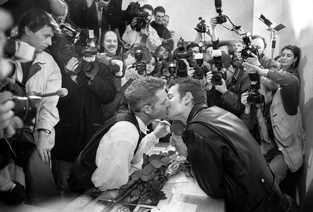 Поэт Ярослав Могутин (справа) и художник Роберт Филиппини (слева) попытались зарегистрировать брак; 12 апреля 1994 года