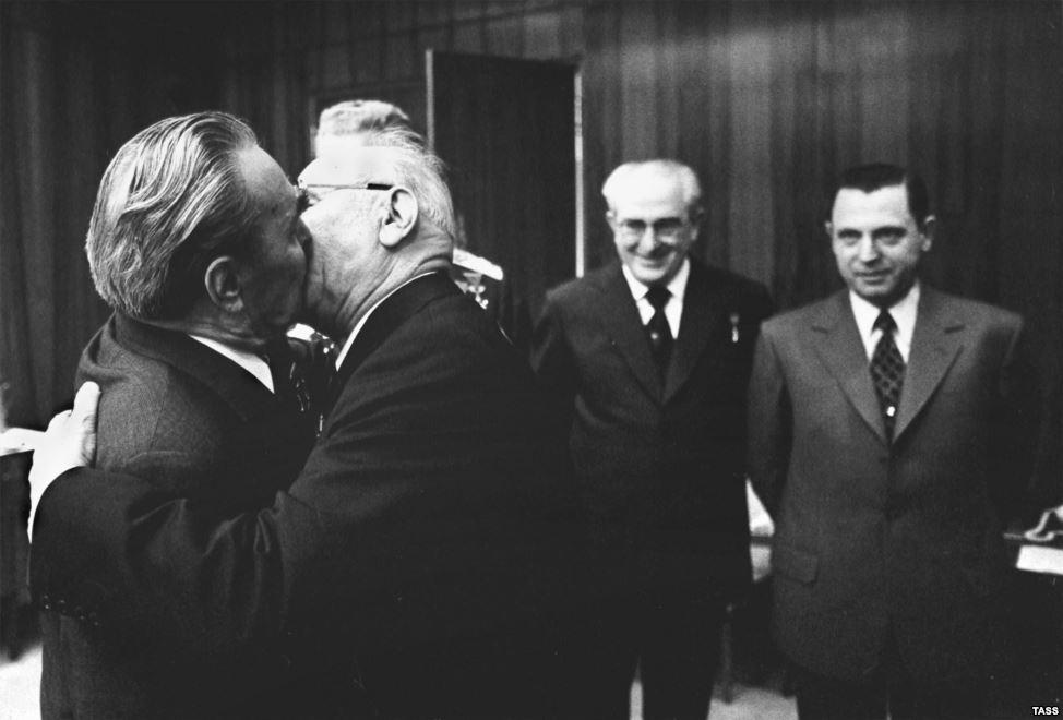 Брежнев целует председателя Президиума Верховного Совета СССР Николая Подгорного. 1975 год