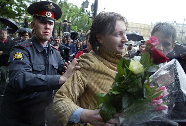 Сотрудники милиции задерживают участника несанкционированного гей-парада в Москве; 2006 год